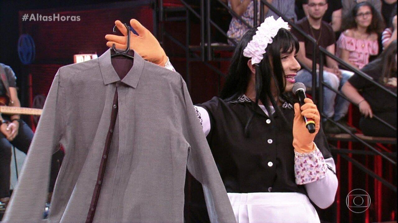 Mary Help devolve camisa lavada para rapaz da plateia