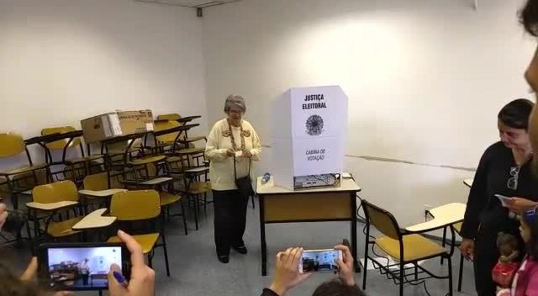 Professora Lisete vota em São Paulo e aposta no apoio de mulheres e professora