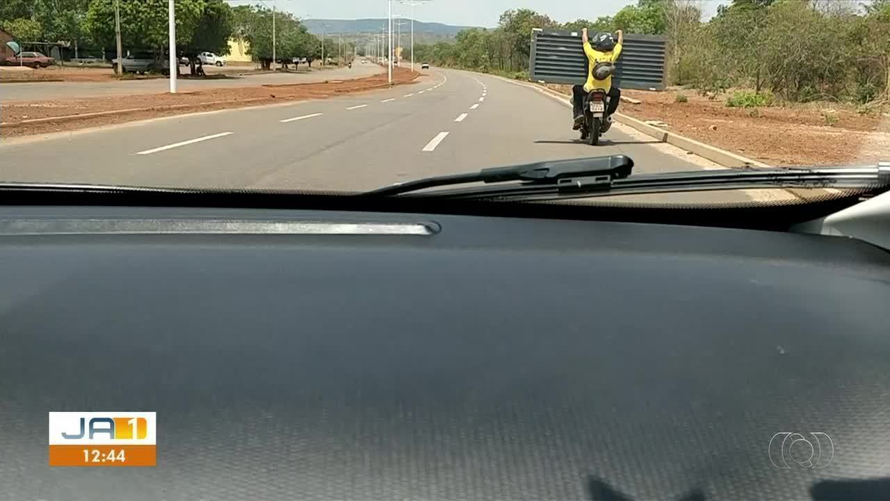 Vídeo flagra motorista transportando passageiro e porta em uma moto