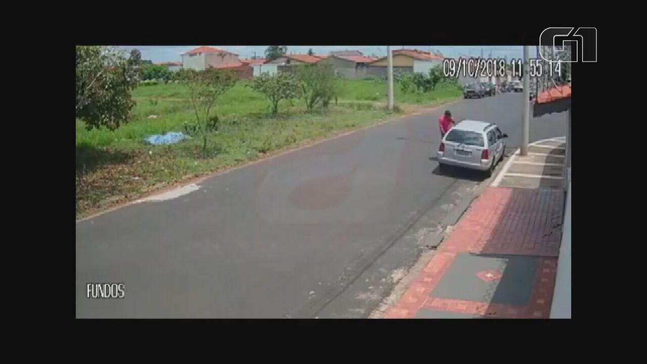 Câmeras de segurança flagram furto de carro em São Carlos