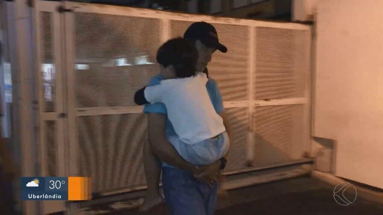 Menino que sobreviveu a acidente que matou família na BR-050 recebe alta em Uberlândia