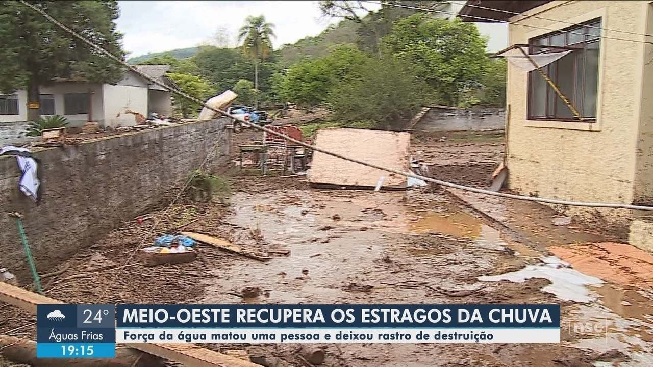 Chuva causa estragos em cidades de SC; idosa morre durante enxurrada