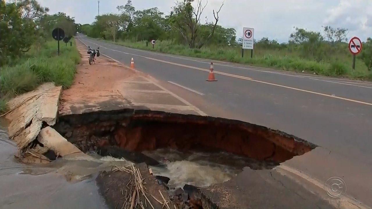 Rodovia de Penápolis é interditada após temporal abrir cratera