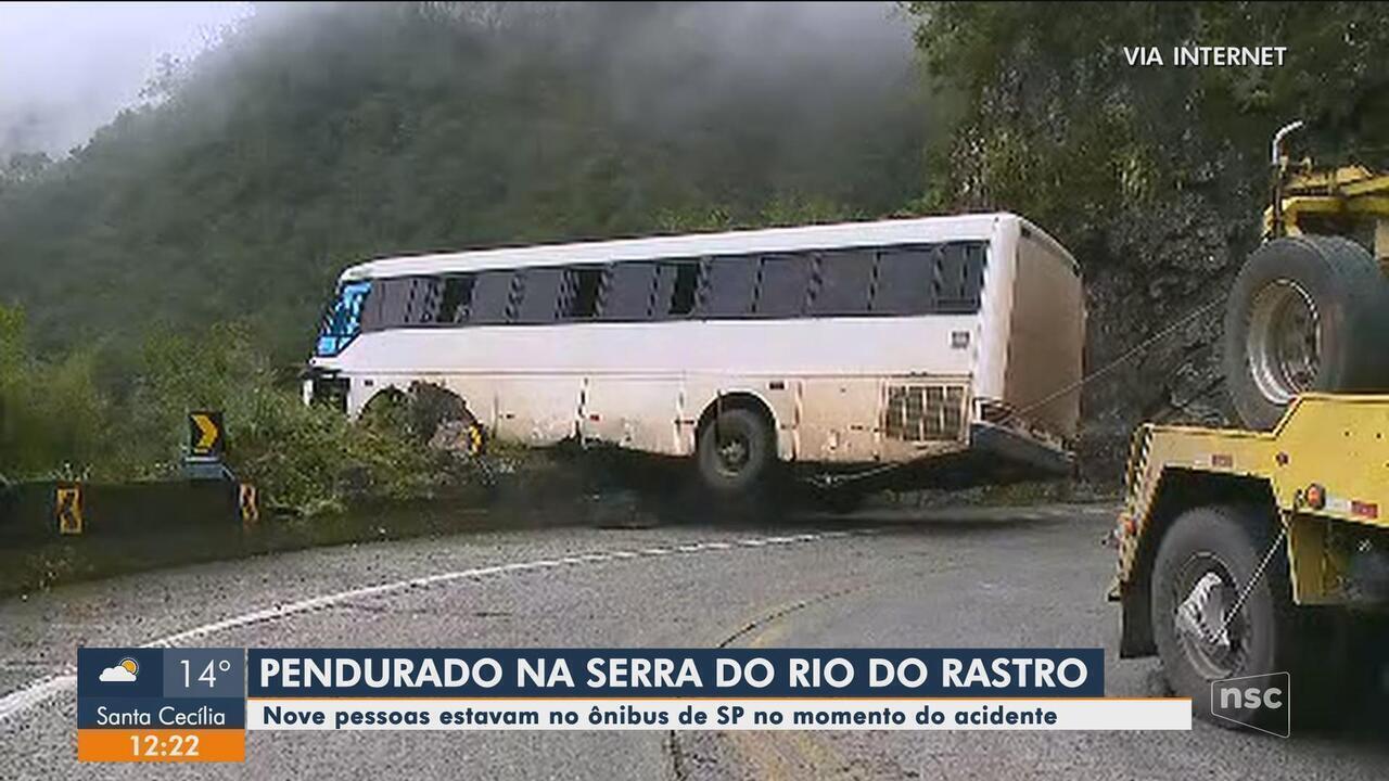 Ônibus sofre acidente e fica preso em rocha de penhasco na Serra do Rio do Rastro