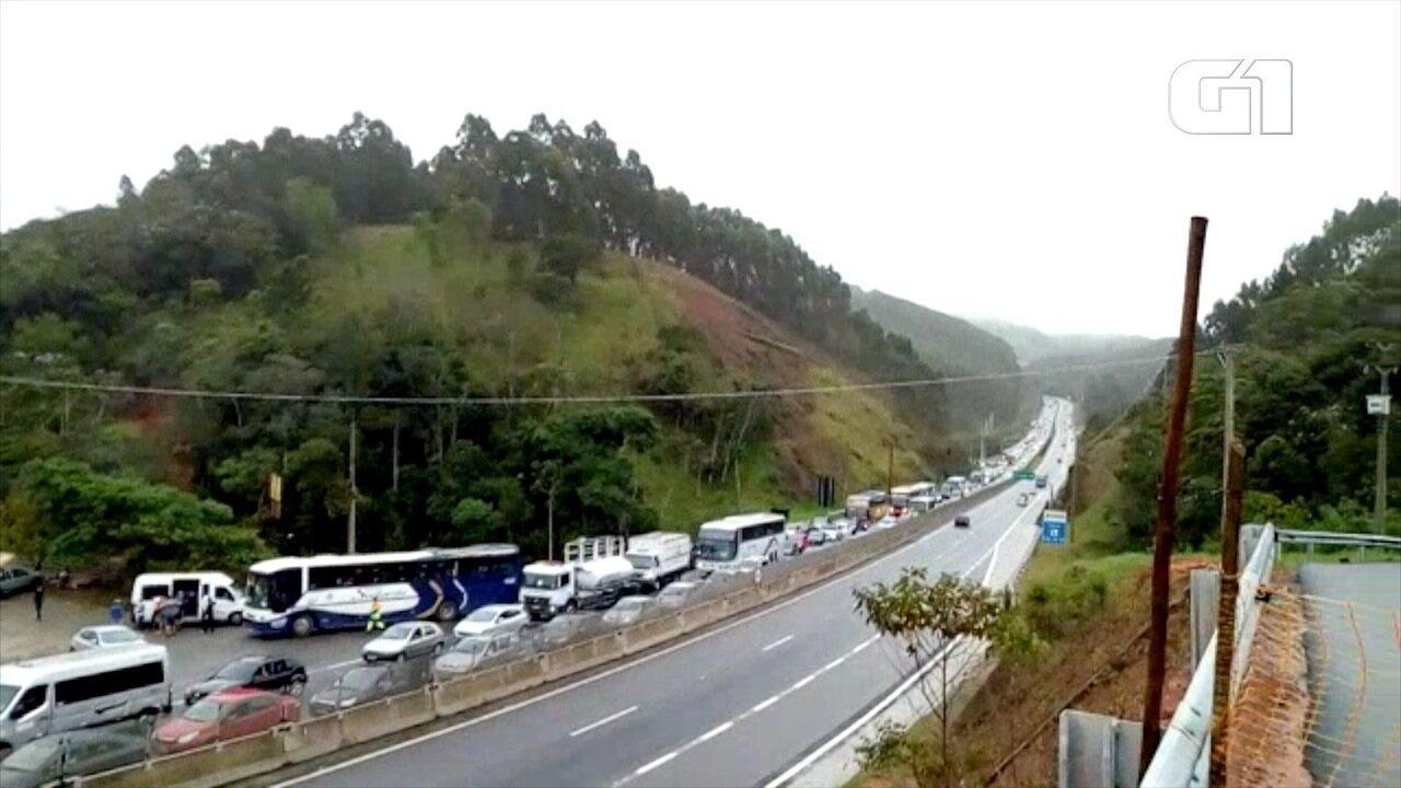 Quedas de barreira interditam a rodovia dos Tamoios nos dois sentidos