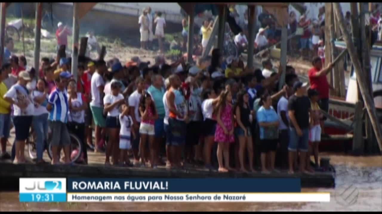 Fiéis se preparam para a romaria fluvial do Círio de Nazaré na baía do Guajará.