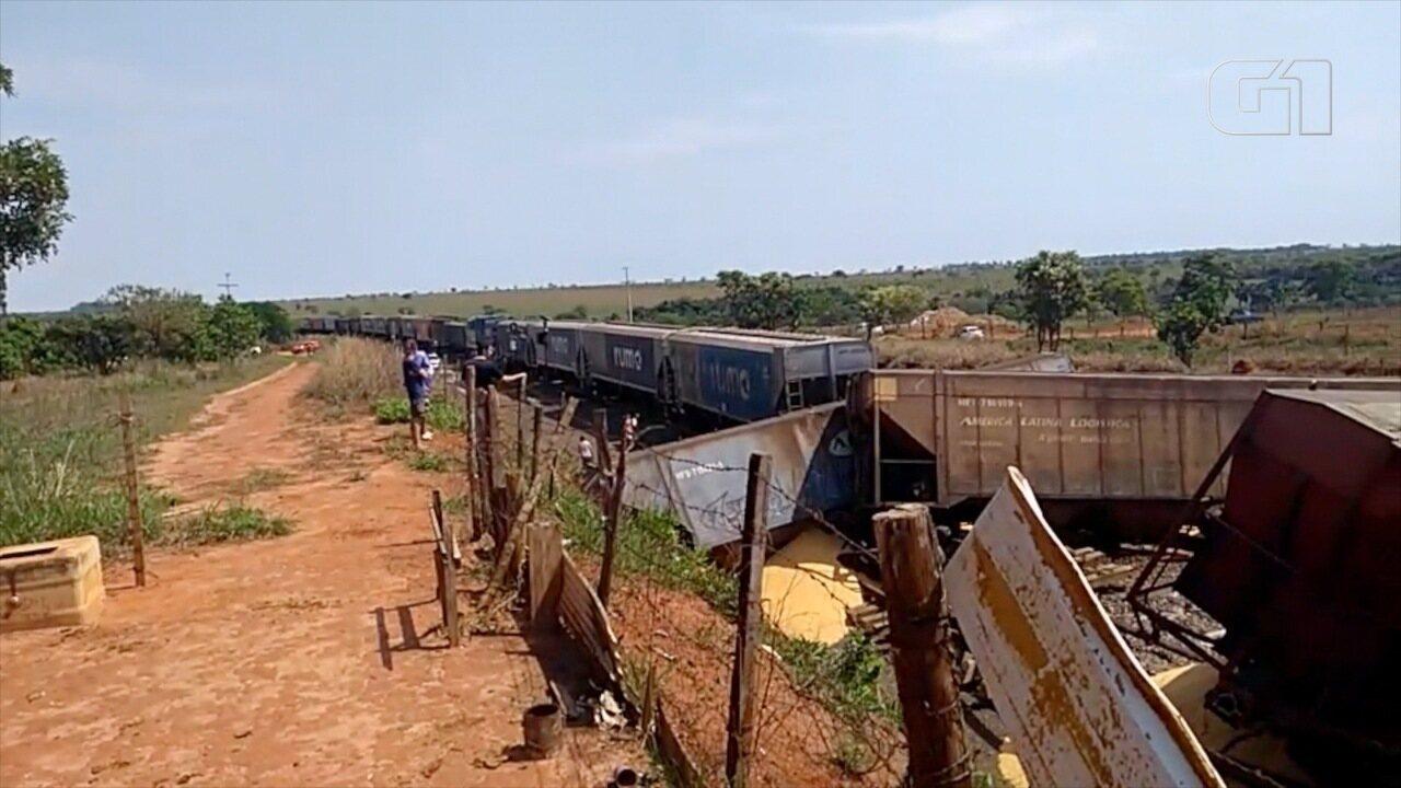 Trem descarrila e 24 vagões carregados com milho tombam em Aparecida do Taboado