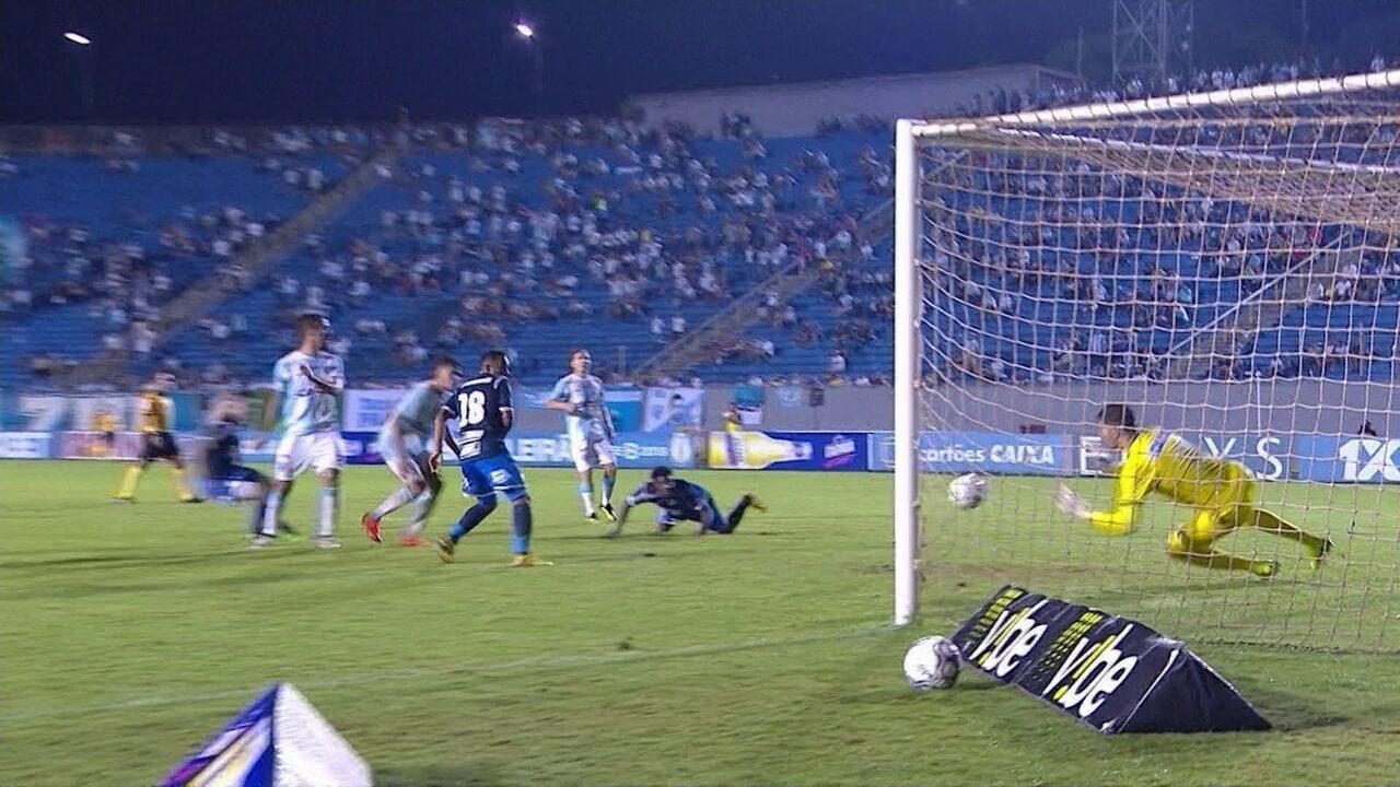 Francis cabeceia firme, mas Alan faz bela defesa e salva Londrina , aos 47 do 2º tempo