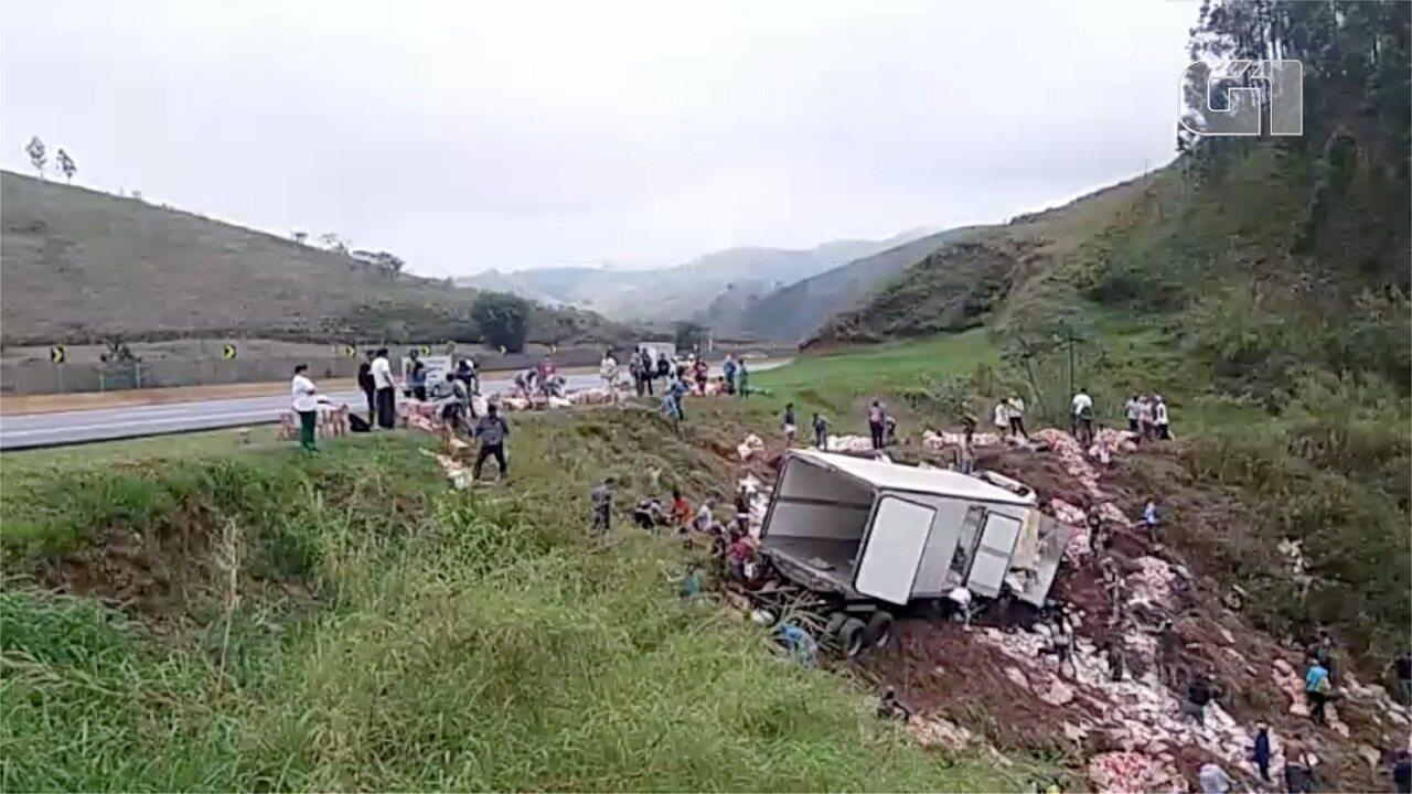 Carga de requeijão é saqueada após acidente em Lavrinhas