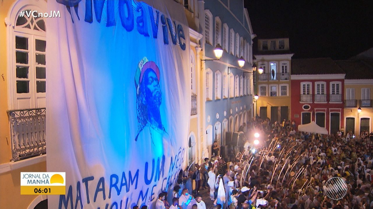 Familiares, amigos e admiradores prestam homenagem a mestre Moa do Katendê