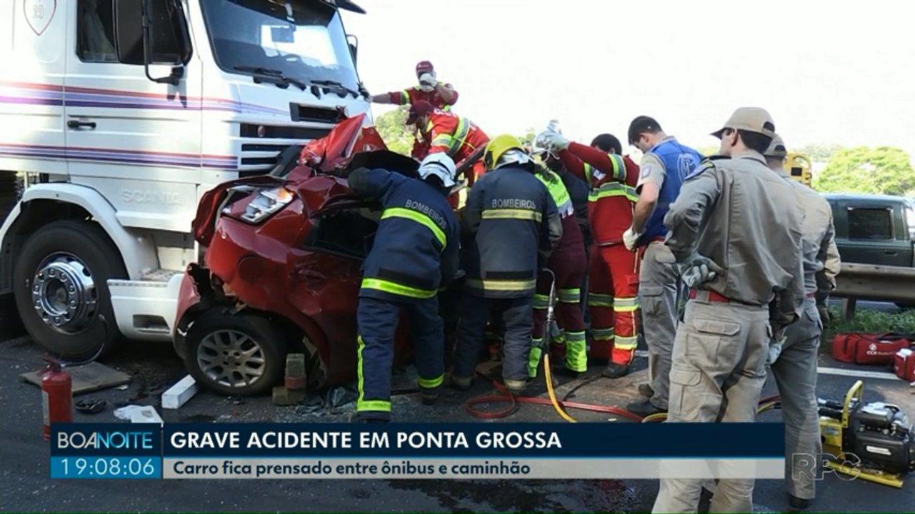Motorista sobrevive após carro ficar prensado entre caminhão e ônibus em Ponta Grossa