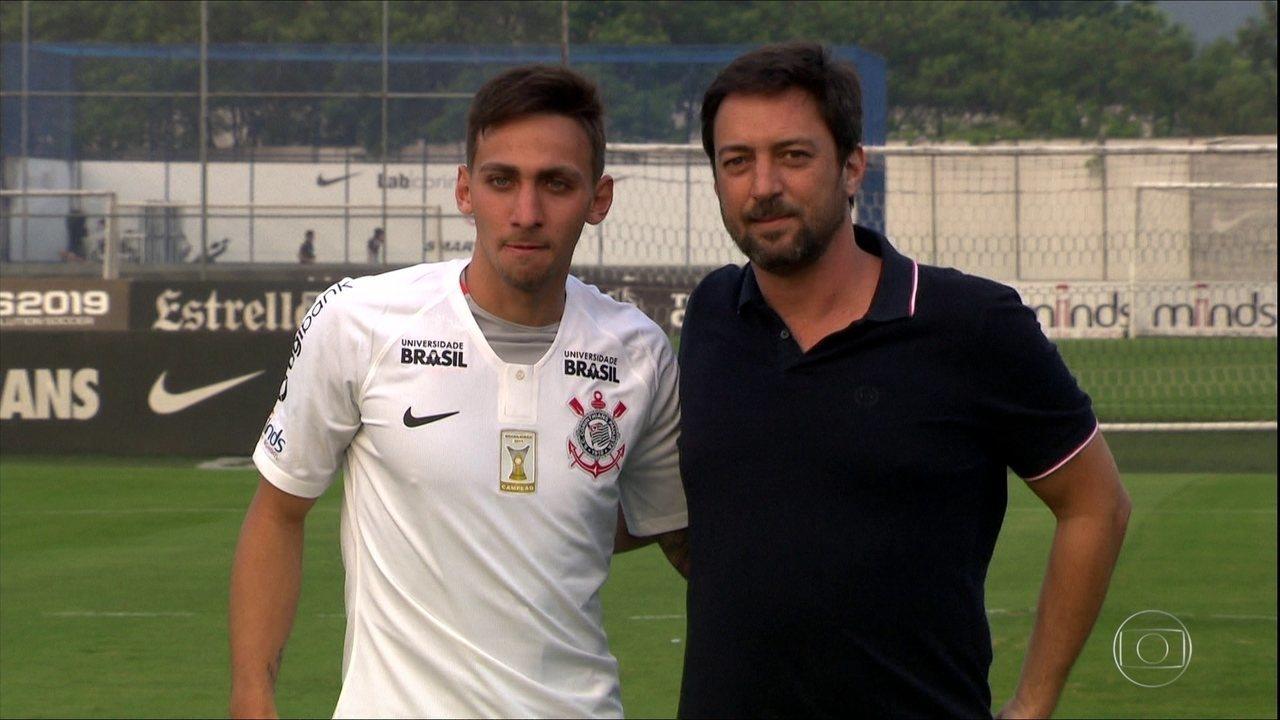 Corinthians apresenta atacante Gustavo Silva