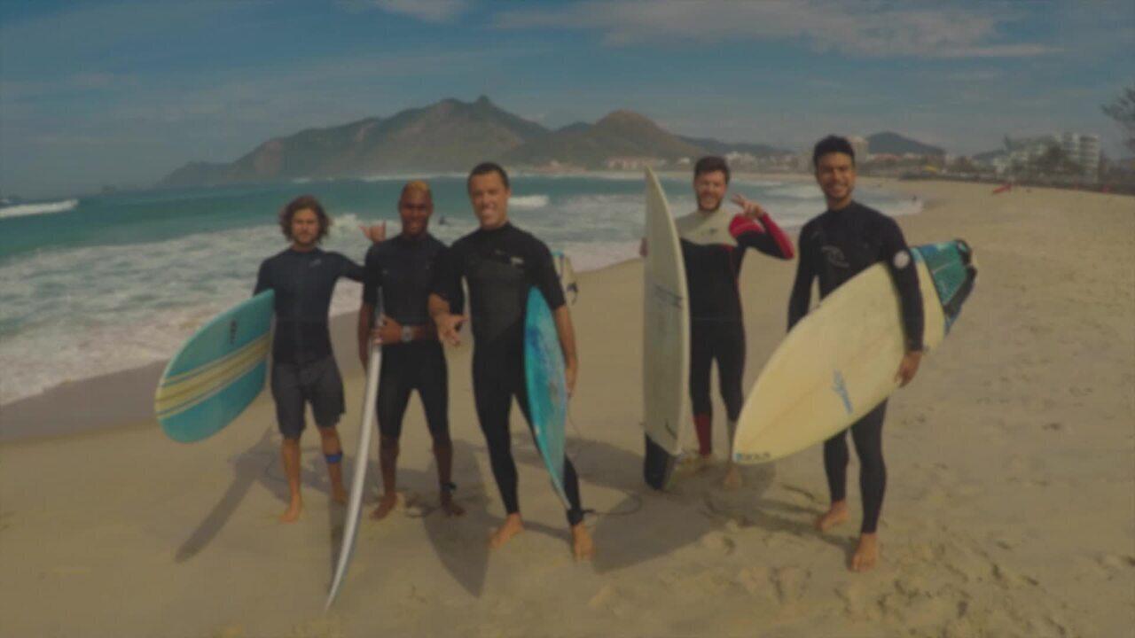 Elenco de 'Verão 90' faz aula de surf como parte da preparação para próxima novela das 7