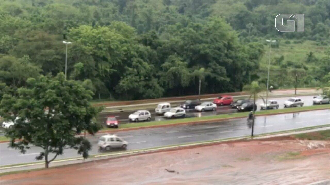 Para evitar protestos, motoristas invadem pista contrária na via norte