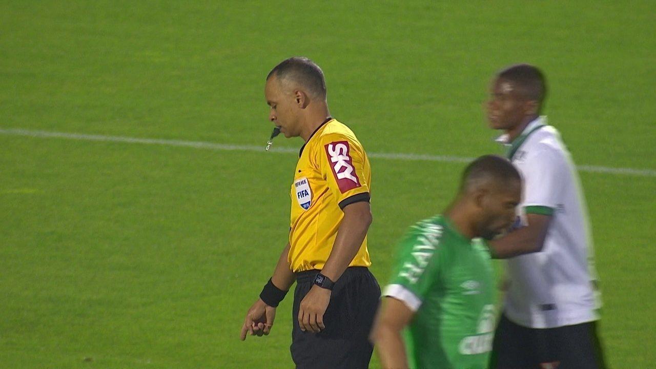 Robinho domina na área e chuta para o gol, mas juiz marca toque no braço, aos 11' do 1ºT