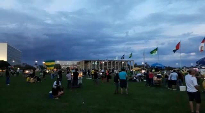 Manifestantes comemoram vitória de Jair Bolsonaro (PSL) na Esplanada dos Ministérios