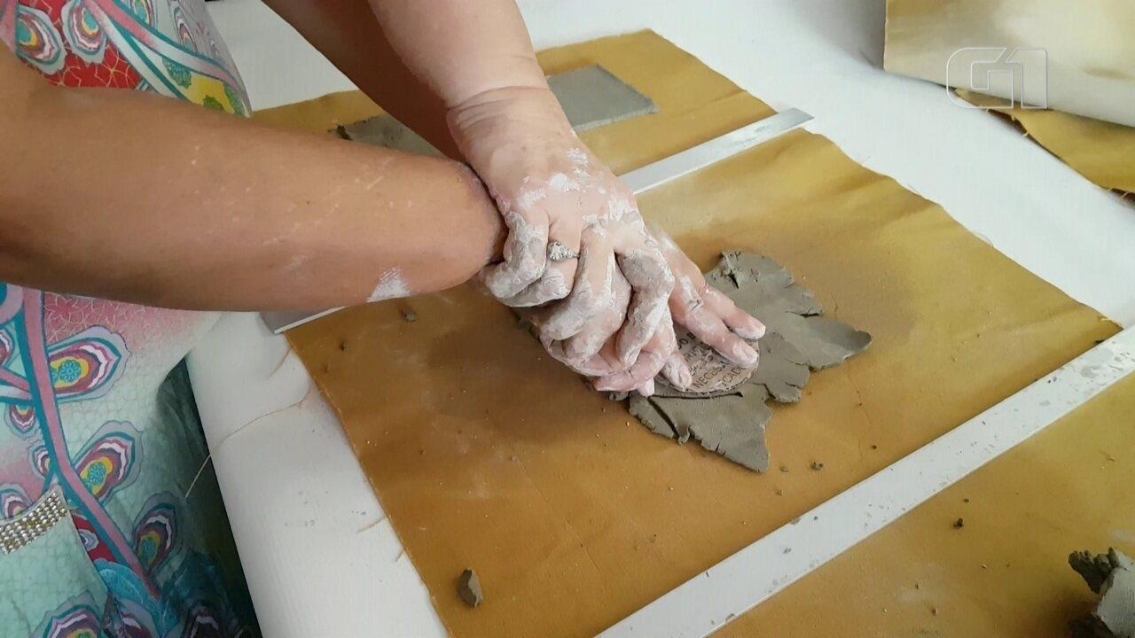 Cegas usam argila como forma de expressão