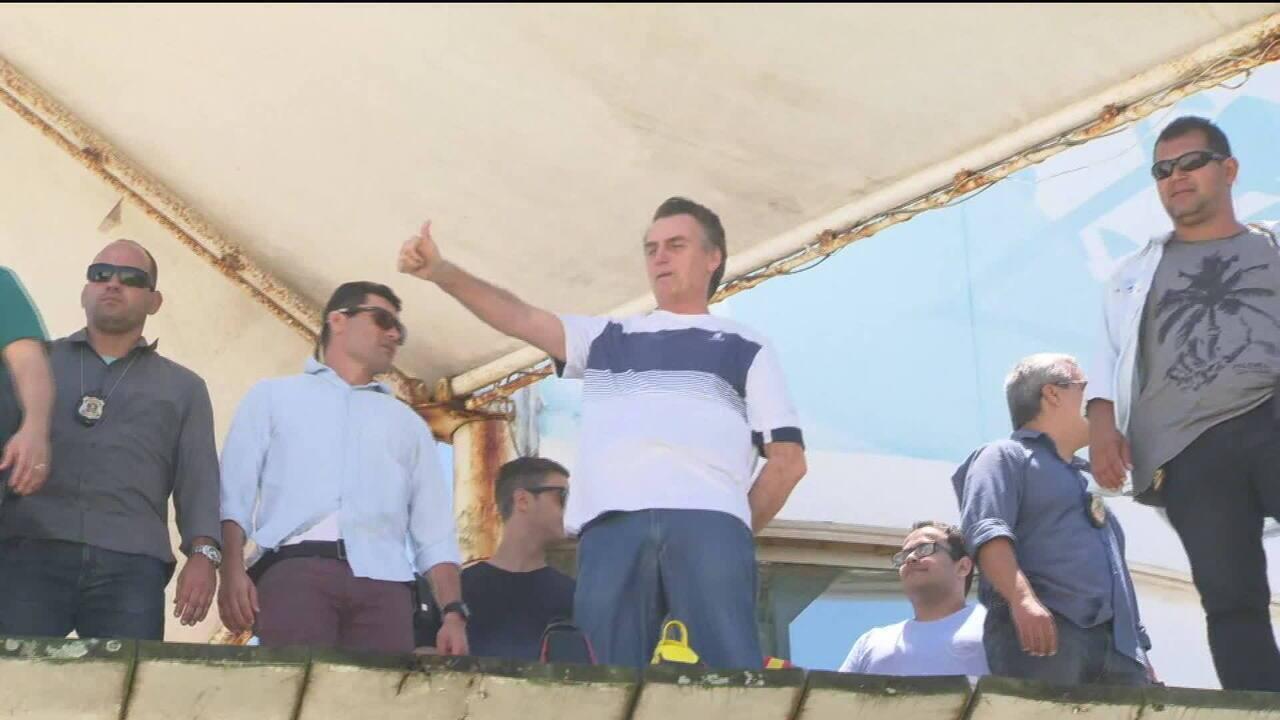 Bolsonaro vai à praia para ver homenagem de pilotos