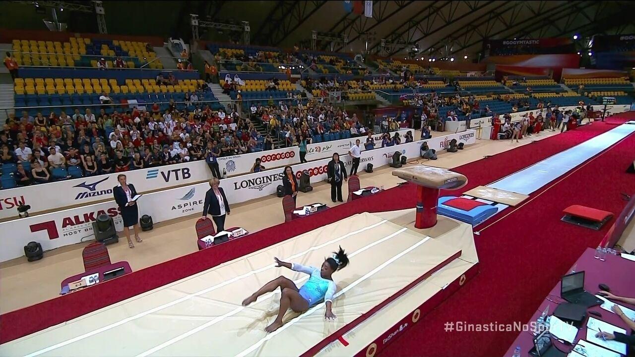 Simone Biles sofre queda na finalização do salto