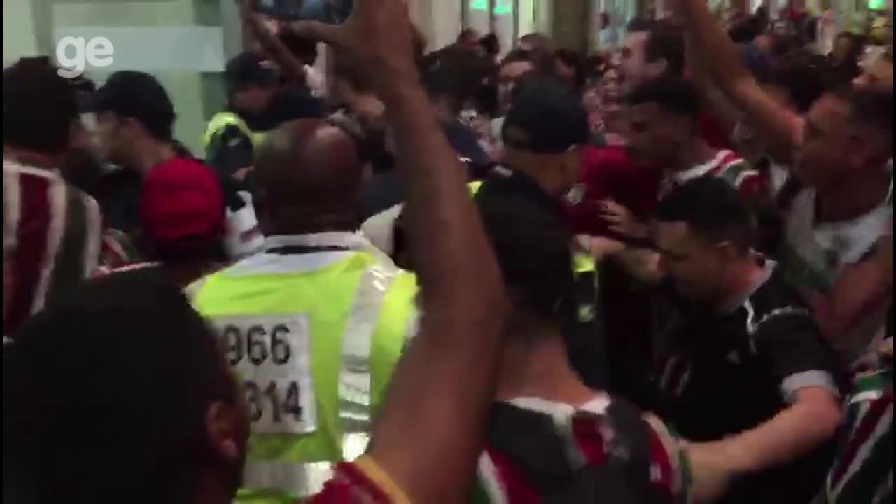 Torcida do Fluminense festeja desembarque do time após classificação na Sul-Americana
