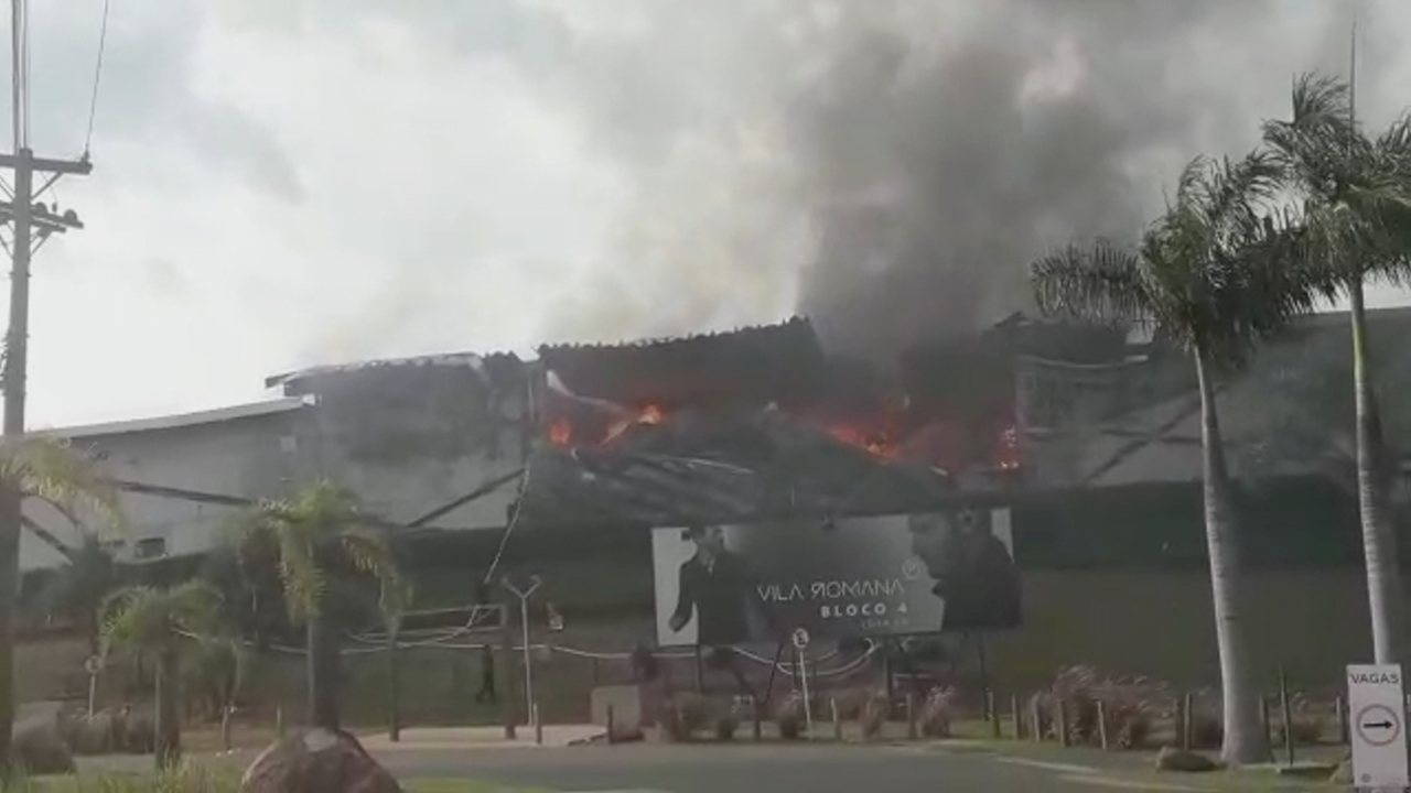 Fire destroys Outlet Premium stores in Ituphea