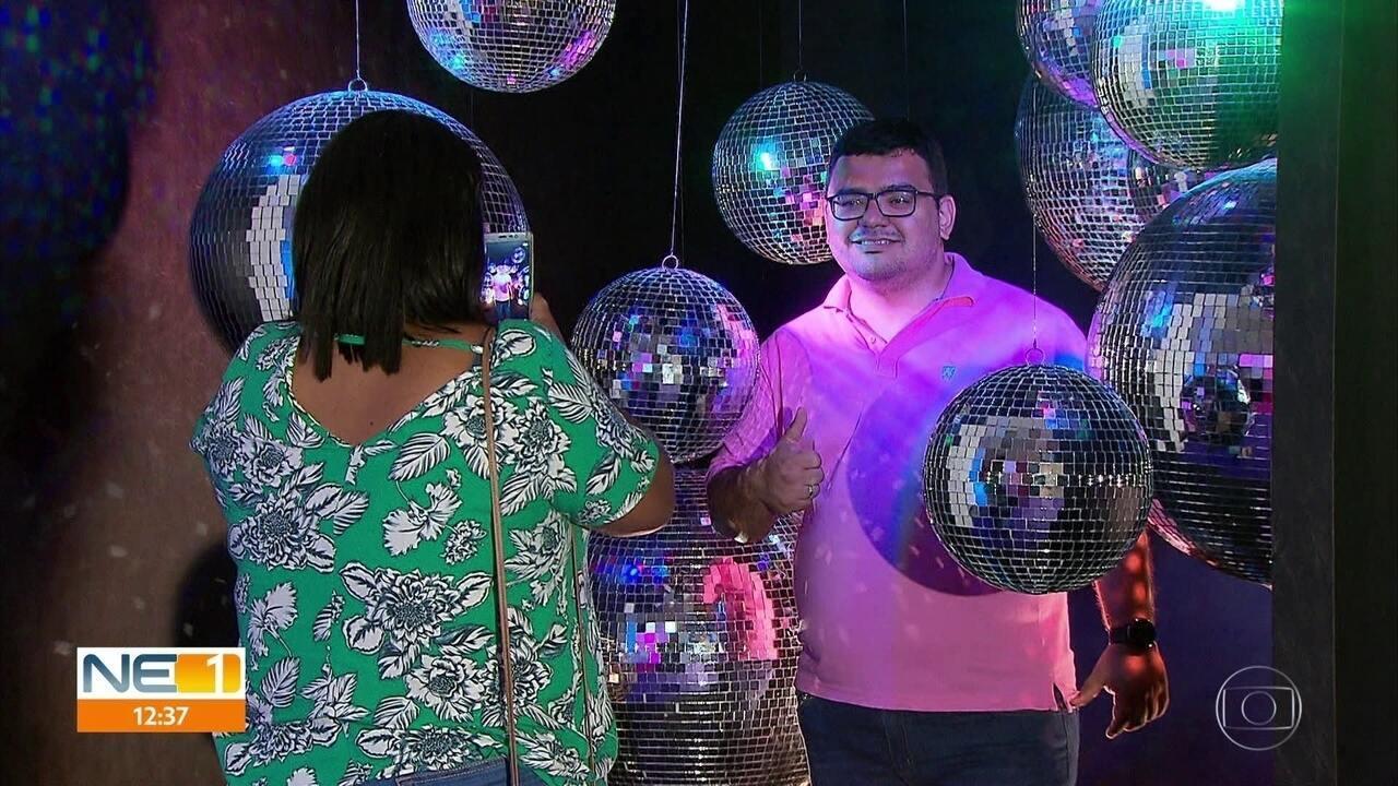 Cenários montados em shopping no Recife atraem público em busca de fotos para redes sociais