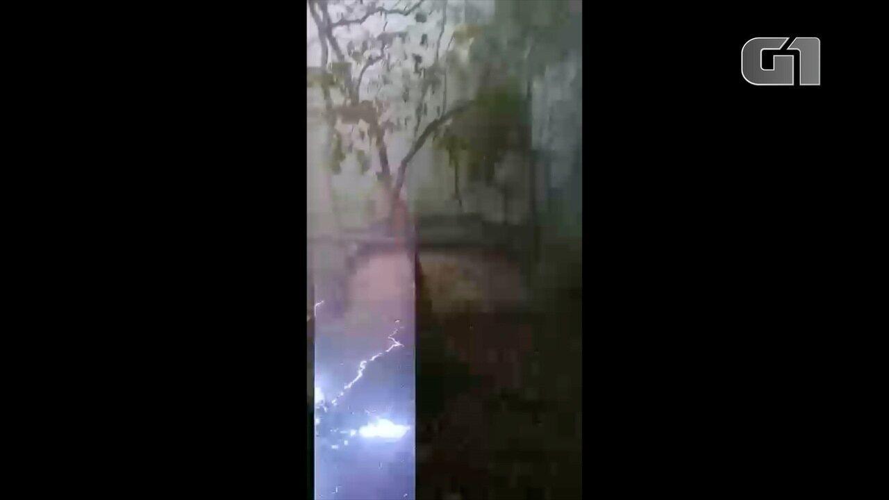 Vídeo mostra momento em que raio cai próximo de pedreiro