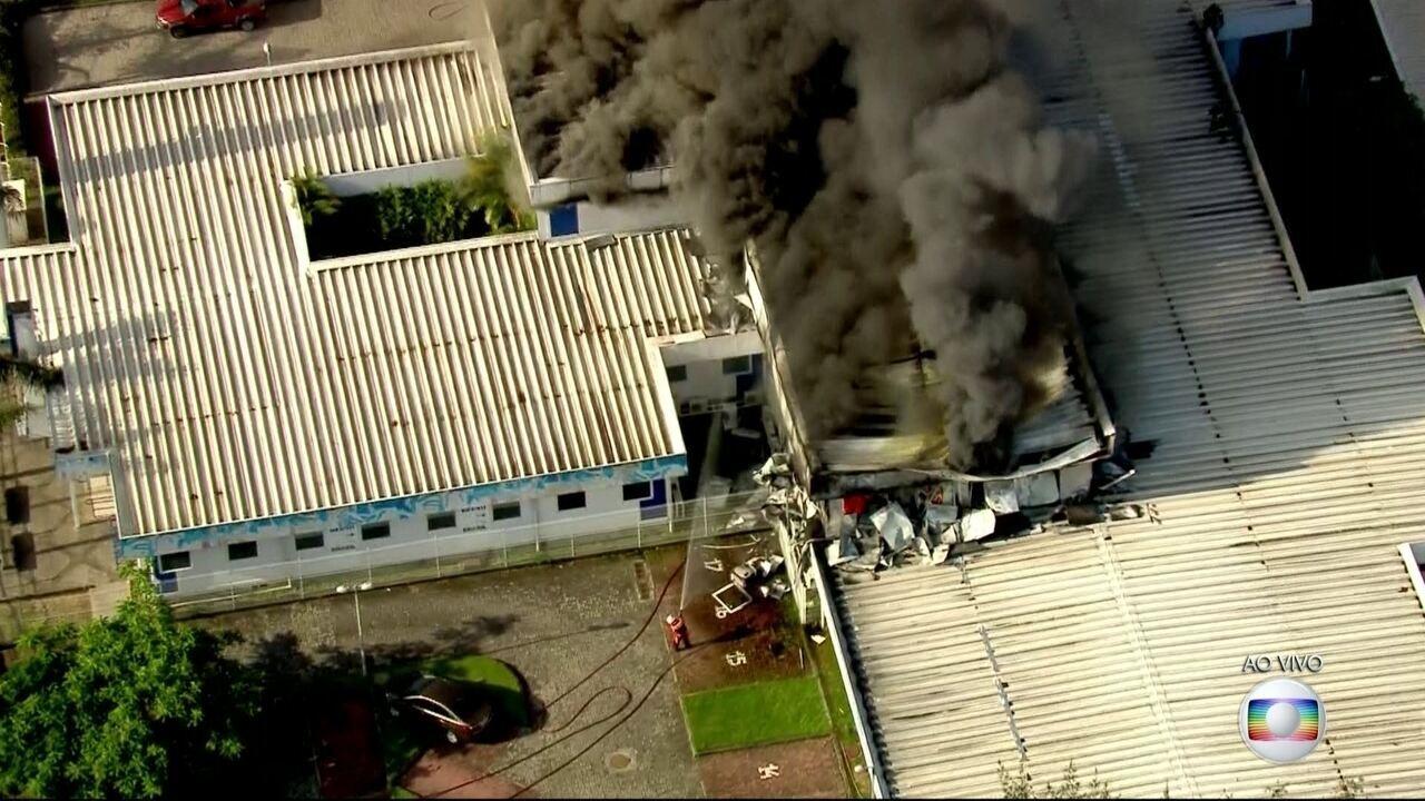 Incêndio de grandes proporções atinge Hospital Municipal Lourenço Jorge, na Barra