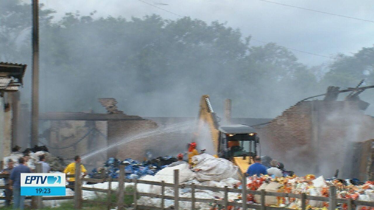 Incêndio destrói dois galpões em Descalvado