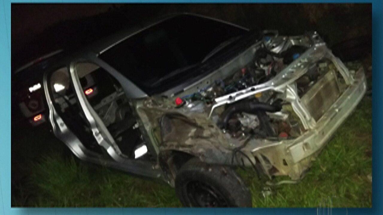 Dois homens são presos no momento em que desmanchavam veículo, em Ferraz de Vasconcelos