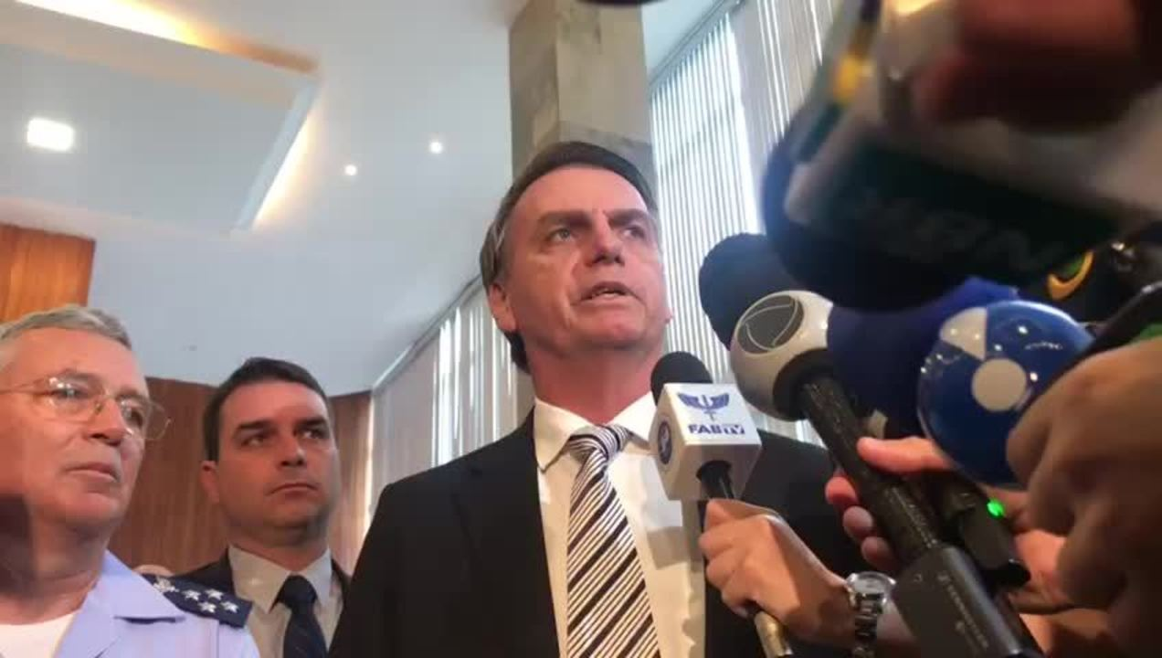 Jair Bolsonaro durante entrevista para jornalistas depois de encontro com comandante da Aeronáutica