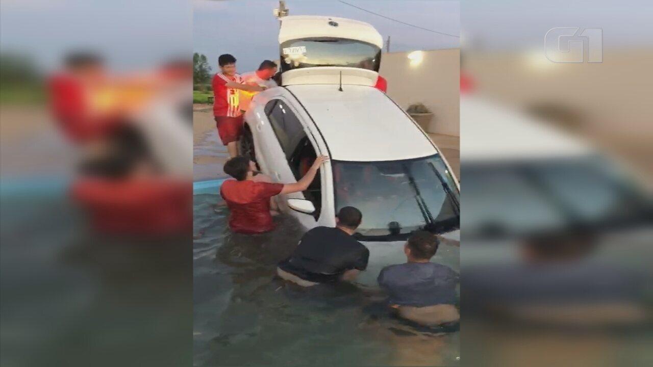 Carro cai em piscina durante churrasco em Garça, e vídeo do 'resgate' viraliza na web