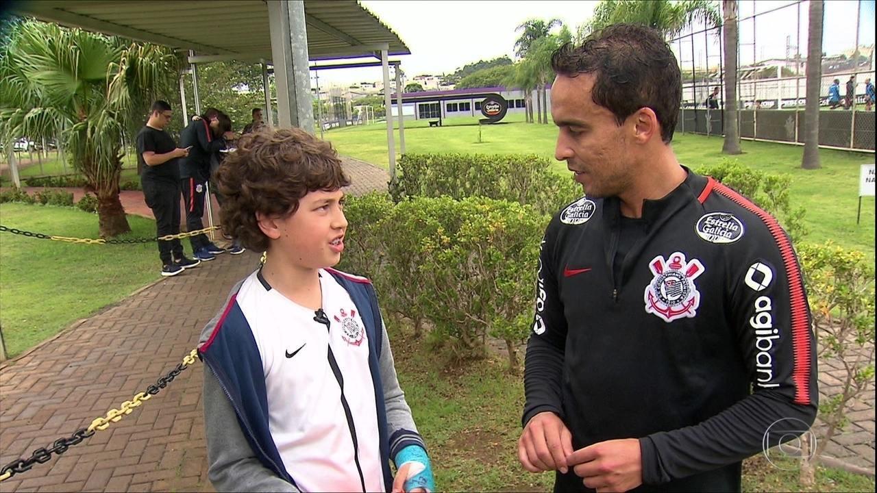 Torcedor realiza sonho e conhece jogadores do Corinthians
