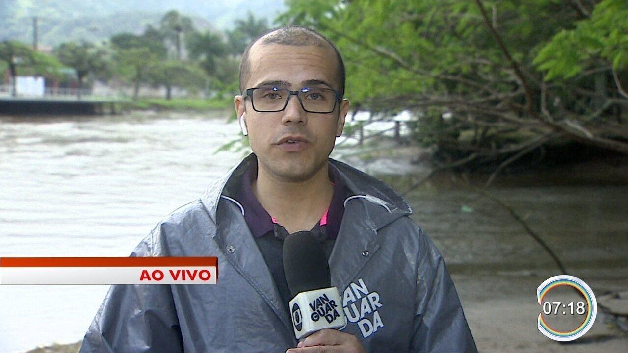 Famílias desabrigadas pela chuva são levada a abrigo em Caraguatatuba