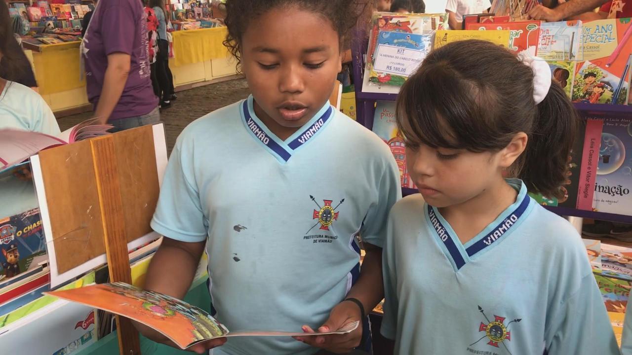 Crianças falam da importância leitura na Feira do Livro de Porto Alegre