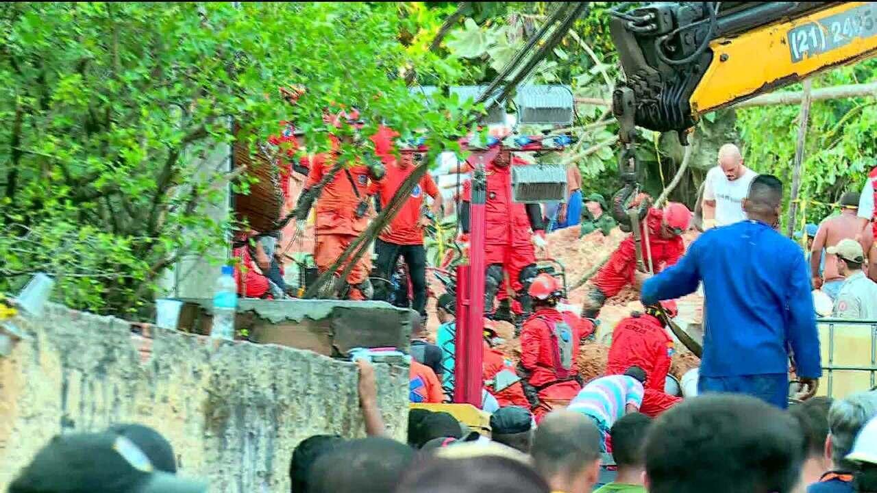 Buscas na área do deslizamento em Niterói vão continuar durante a noite