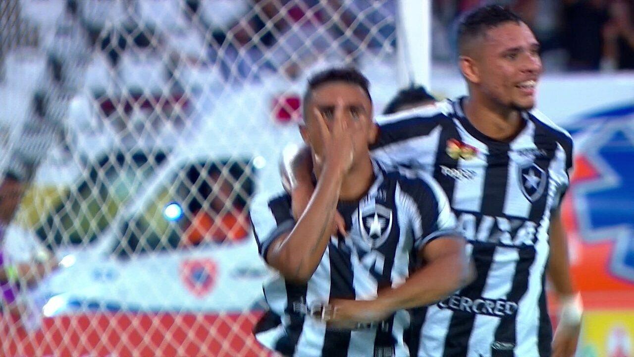 Gol do Botafogo! Erik recebe o lançamento e toca na saída de César, aos 18' do 1ºT