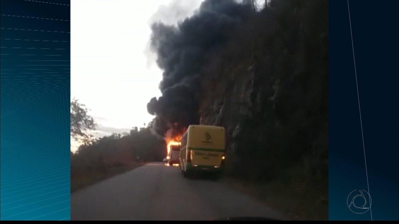 Ônibus pega fogo em estrada da Paraíba