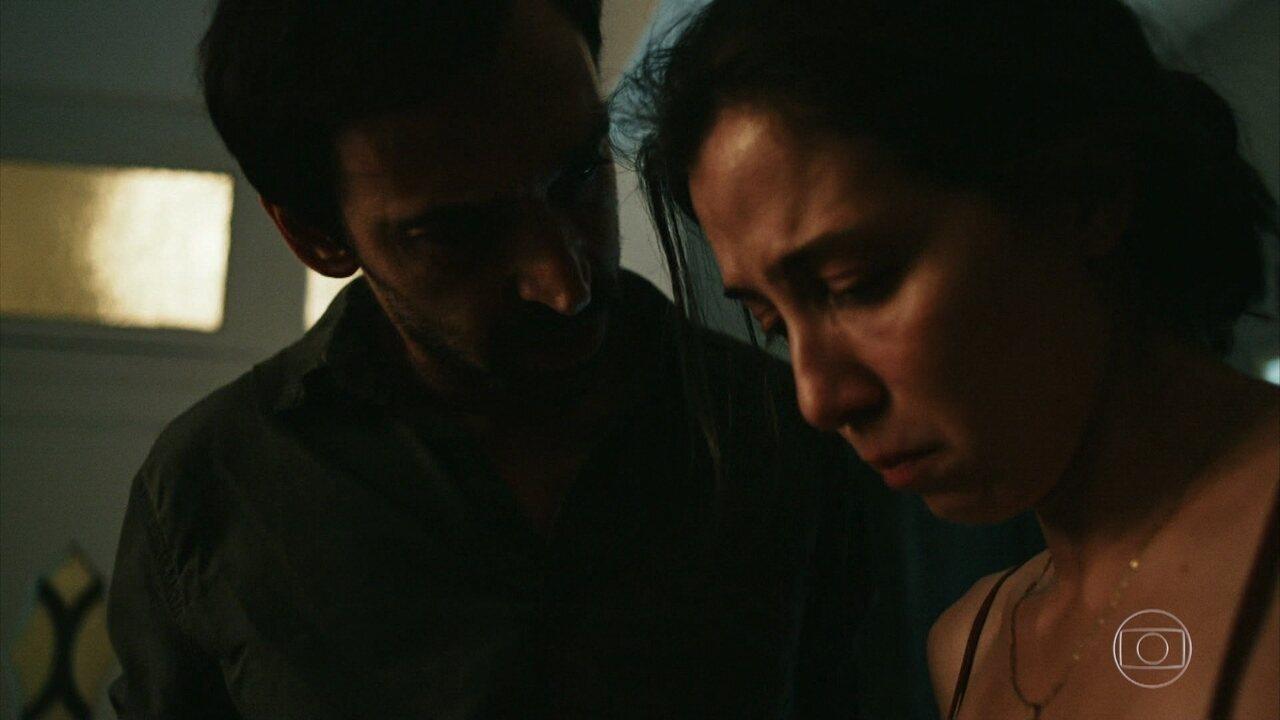 Carolina se fere e Evandro a impede de continuar