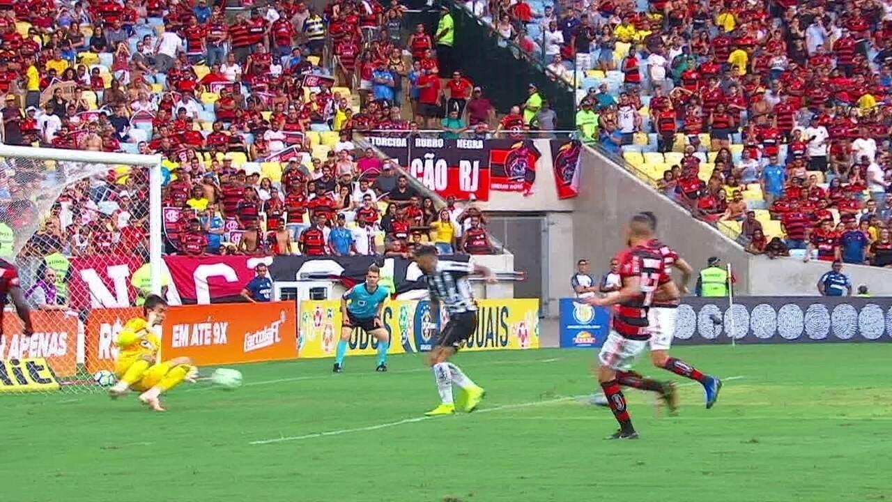Na pequena área, Gabigol chuta em cima de César, com o jogo entre Flamengo e Santos em 0 a 0