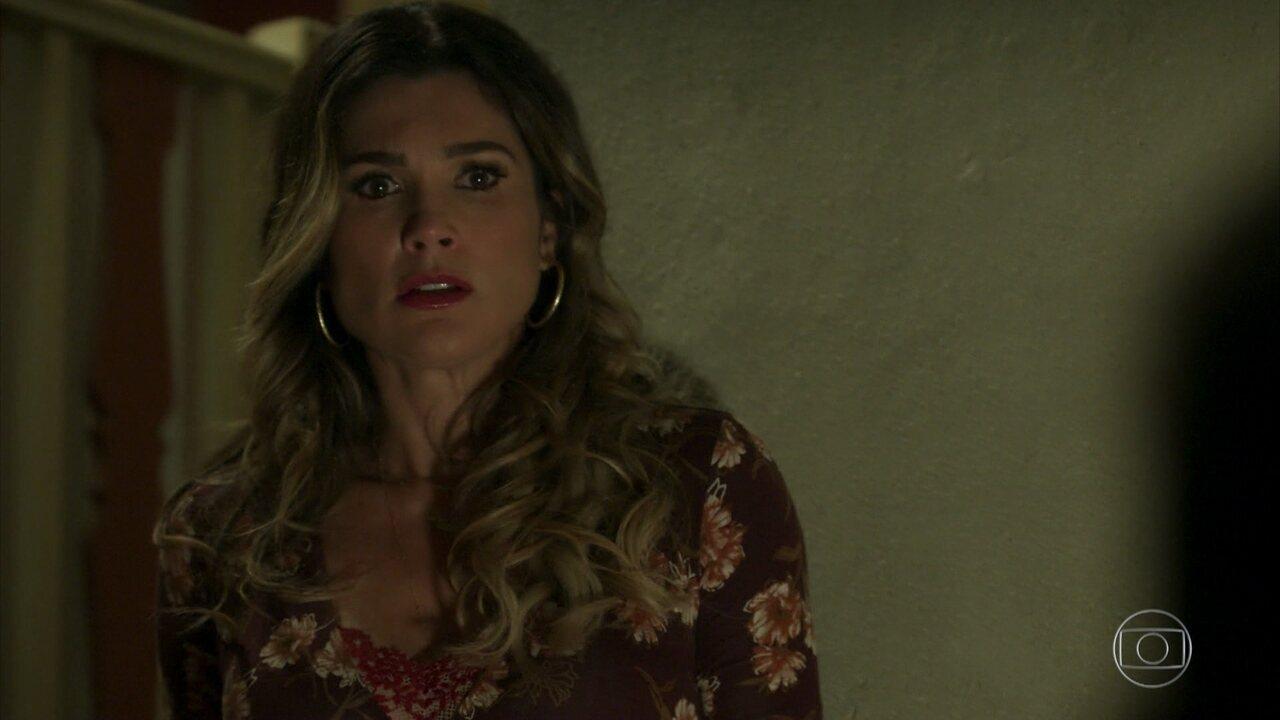 Rita de Cássia flagra o marido de calcinha