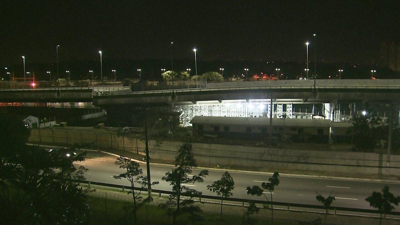 Veja momento em que degrau do viaduto da Marginal Pinheiros é pichado