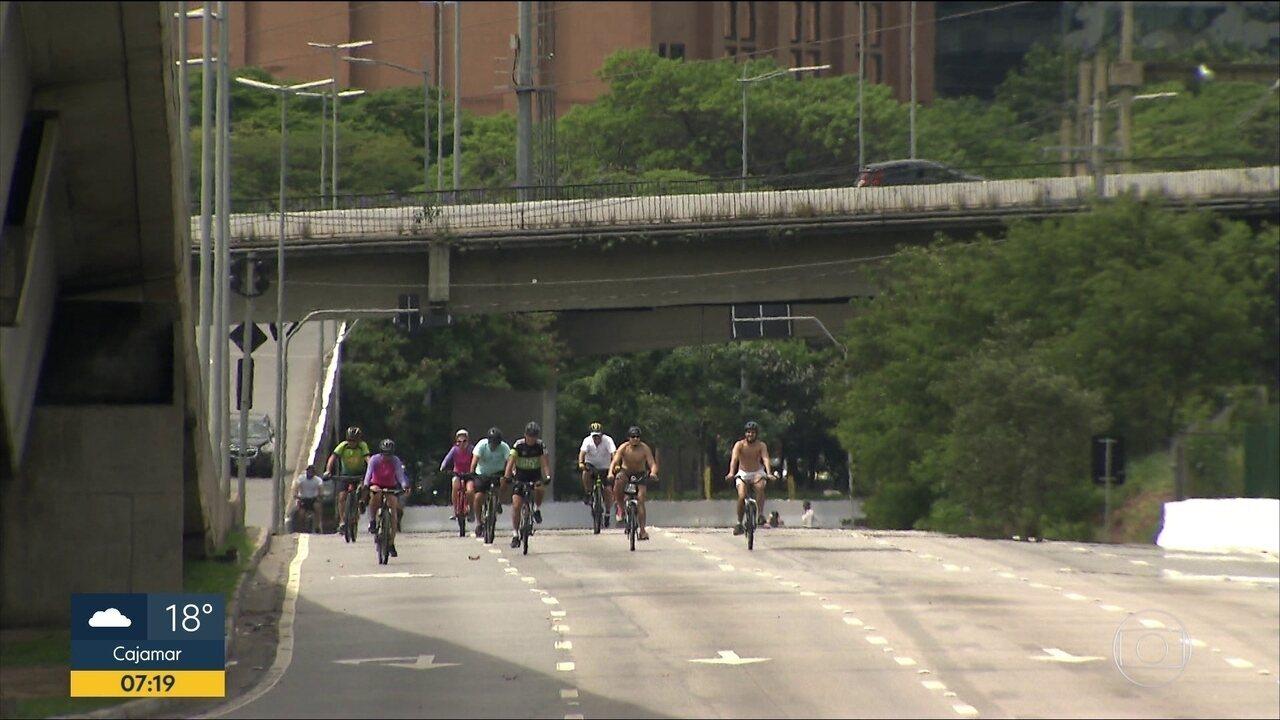 Após interdição, pista expressa da Marginal Pinheiros é invadida por ciclistas