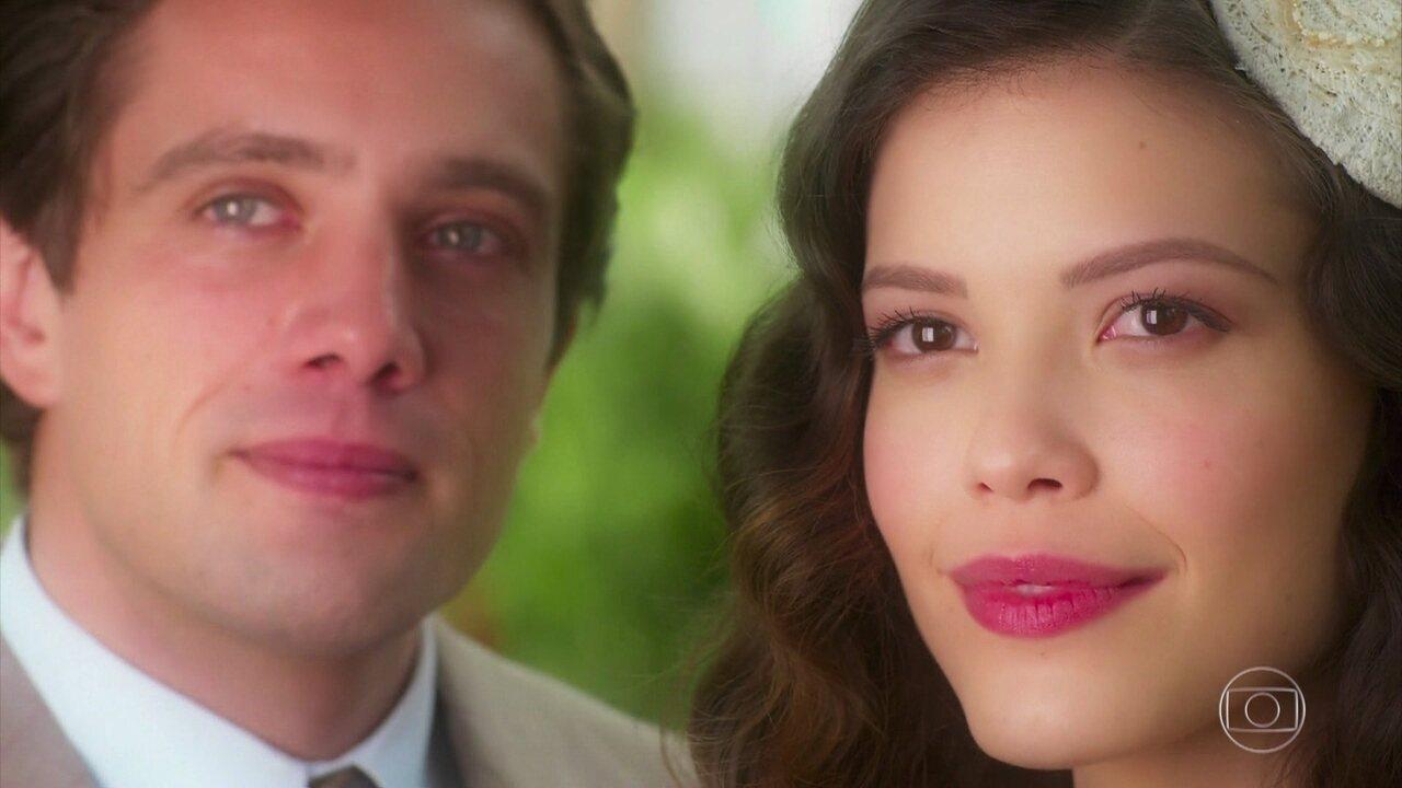 Danilo (Rafael Cardoso) e Julia (Vitória Strada) namoram, em 'Espelho da Vida'