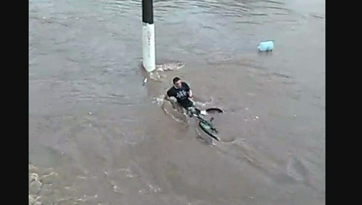 Vídeo mostra ciclista sendo levado por enxurrada no ABC