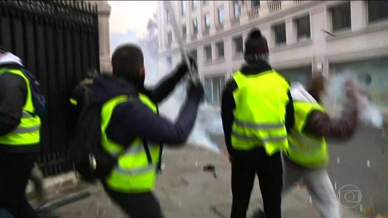 Milhares saem às ruas contra presidente francês