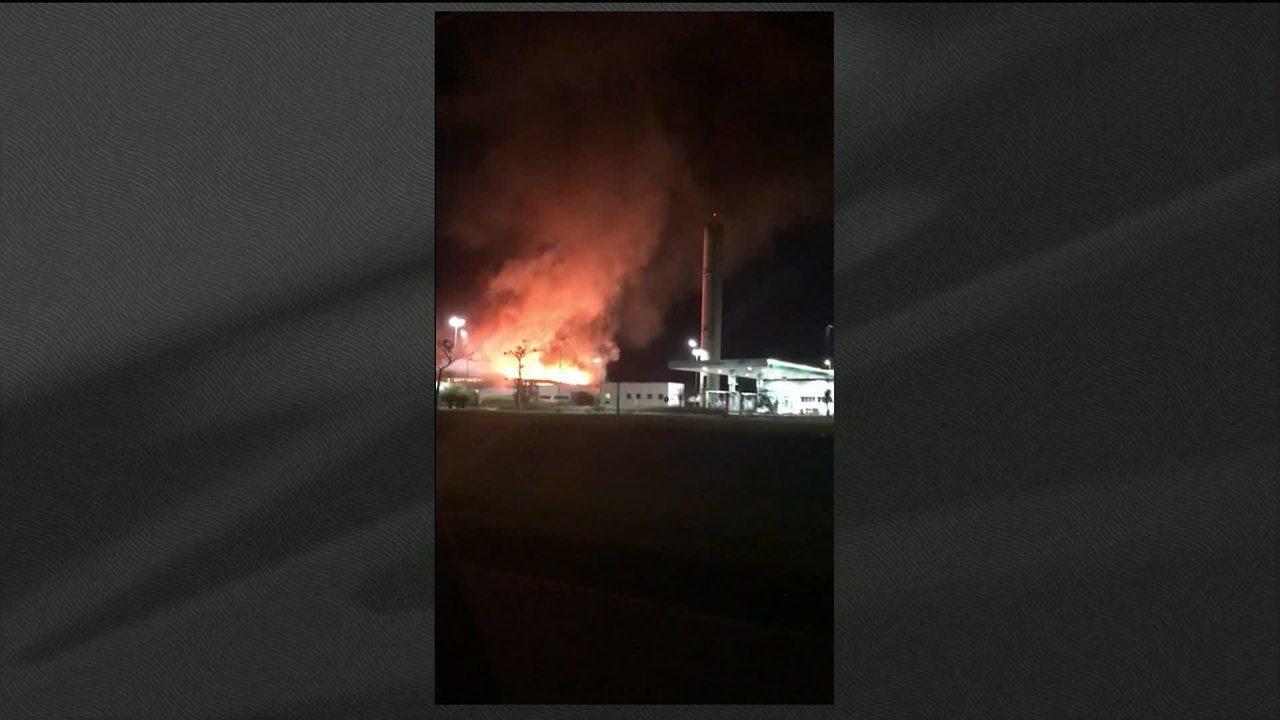 Incêndio destrói loja de conveniência em posto na Via Lagos, no RJ