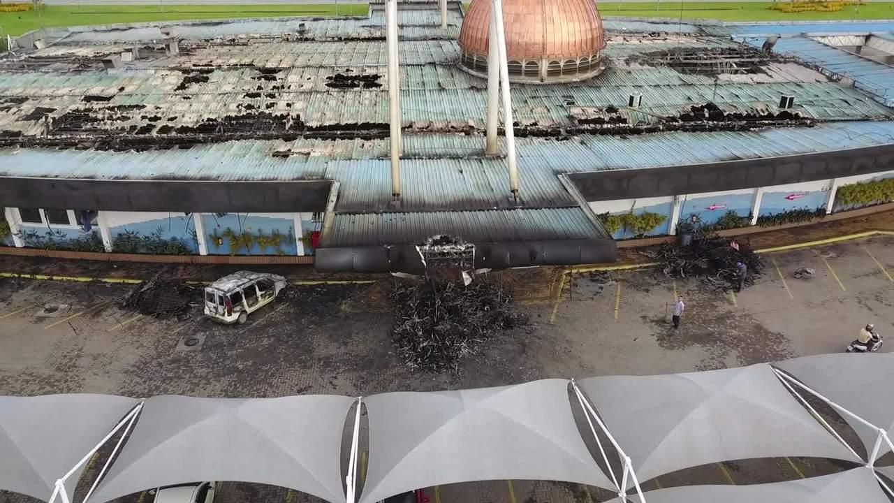 Imagens aéreas mostram destruição após incêndio em conveniência de posto na RJ-124