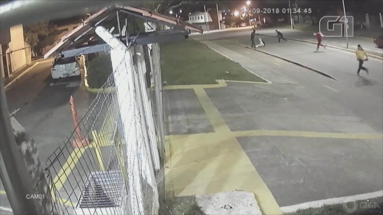 Vídeo mostra motoboy sendo agredido a pauladas em Gravataí