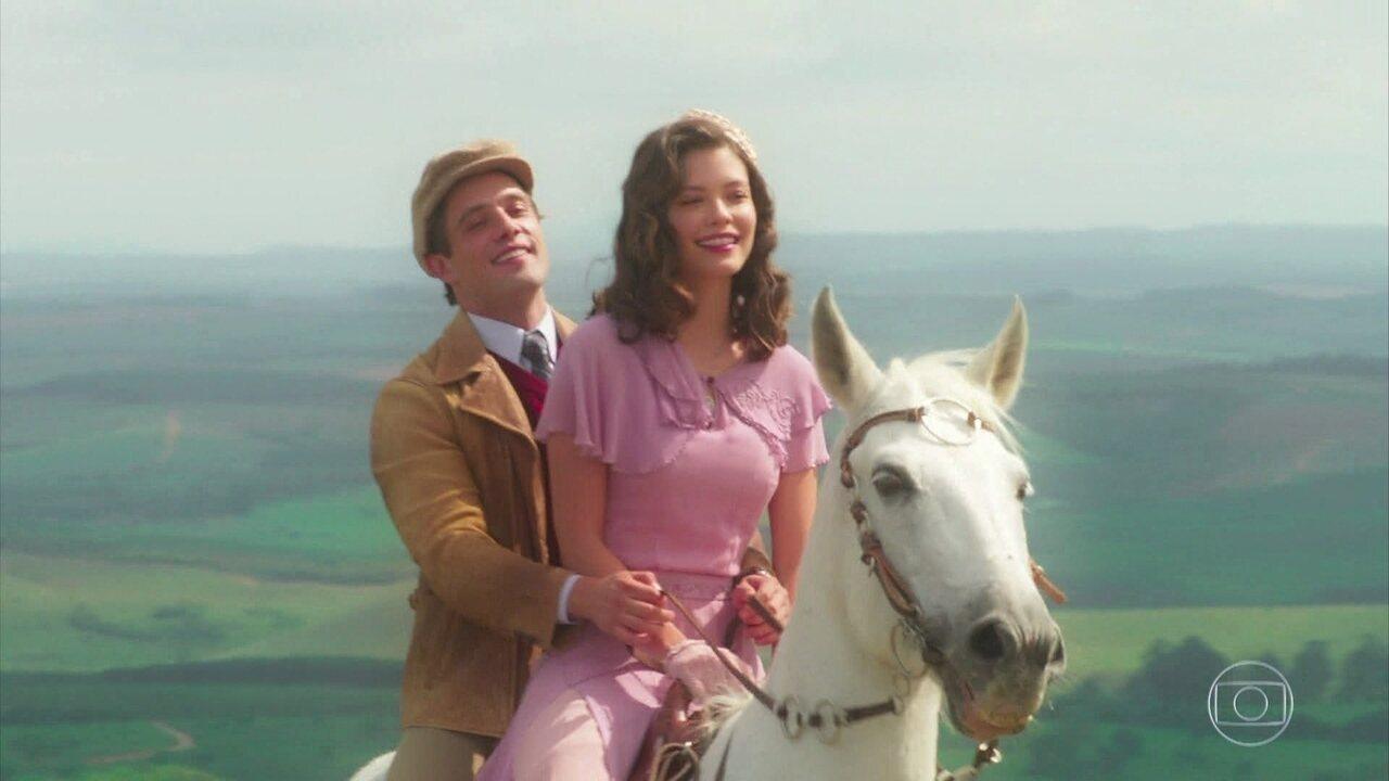 Julia (Vitória Strada) e Danilo (Rafael Cardoso) cavalgam, em cena de 'Espelho da Vida'